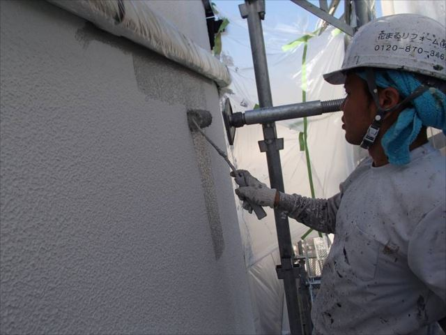 マスチック塗装で分厚い塗膜を形成し、中塗りを行います。
