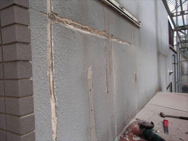 外壁塗装を開始。まずは剥がれかかっているモルタルをすべて剥離しました。