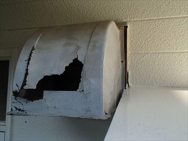 S様のお部屋の換気扇フードカバーはボロボロに割れていました。