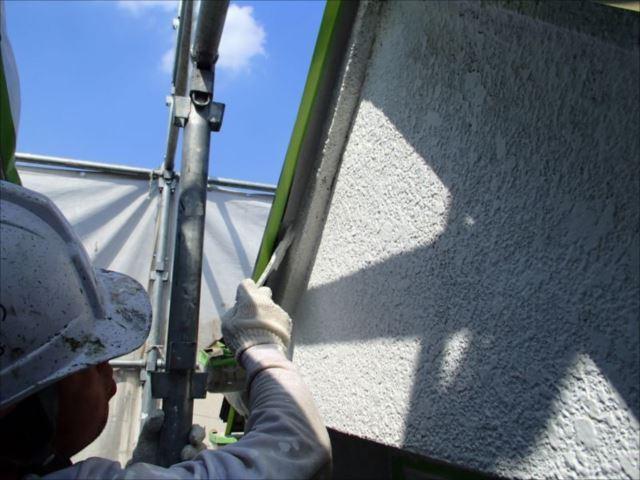 外壁のクラック処理を行ってから下塗りを行います。