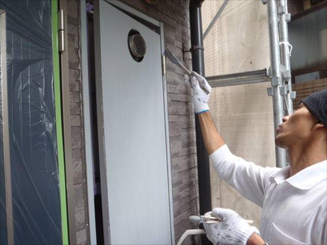 廊下のPS(パイプスペース)扉も綺麗に塗装します。