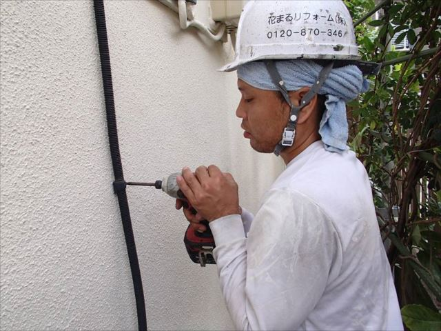作業中はケーブル類を一旦外して塗装を行っています。塗装が終えれば元通りに復旧します。