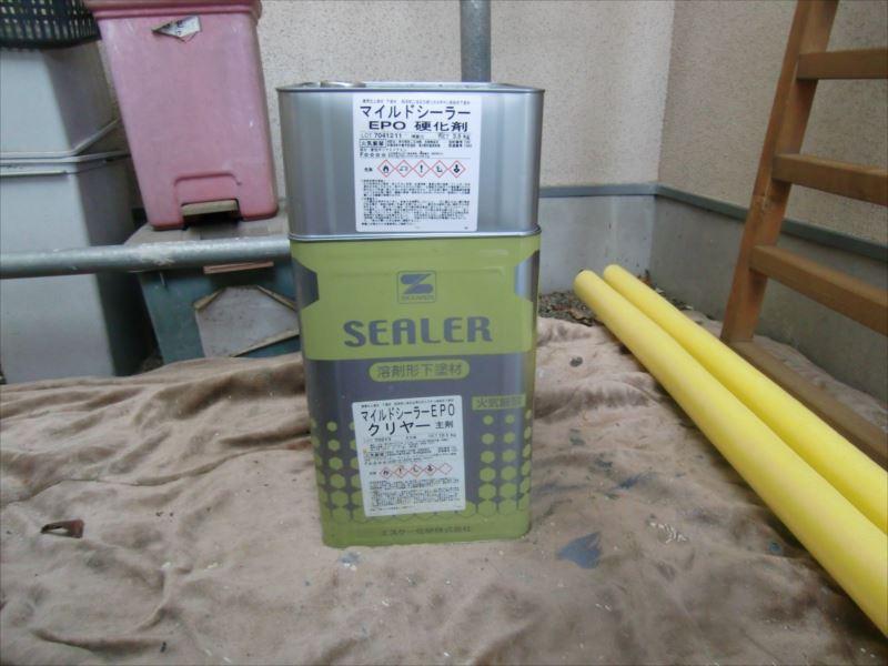 マイルドシーラーEPOは2液型の塗料なので、缶が2つで1セットとなります。 (上の小缶:硬化剤と下の一斗缶:主材を混ぜ、さらにシンナーを適量混ぜて使用します)