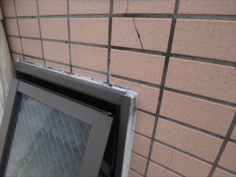 外壁のサイディング面の塗膜が劣化しています。また、タイル面と共通して板間目地や窓枠目地が劣化しています。