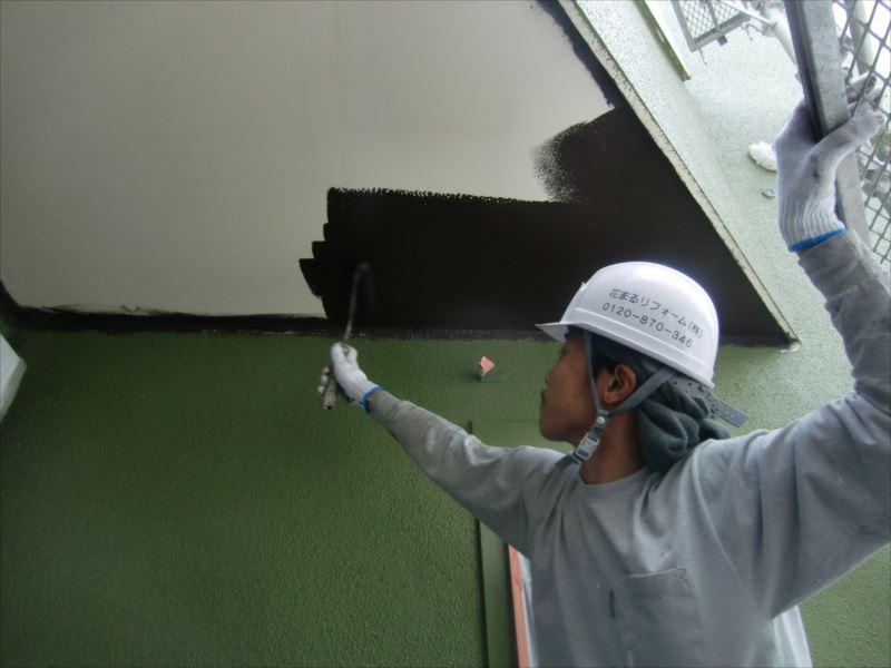 I様は軒裏をこげ茶色で塗る事に! これが外壁の抹茶色とマッチして完成時に感動です!!