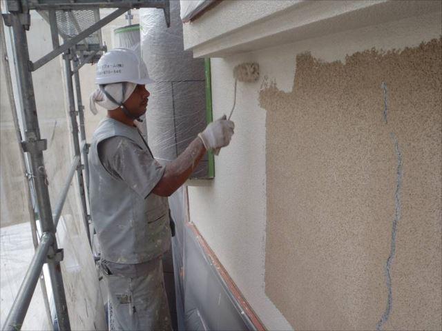 メイン外壁の中塗りです。艶消し塗料の「アートフレッシュ」を使用しています。