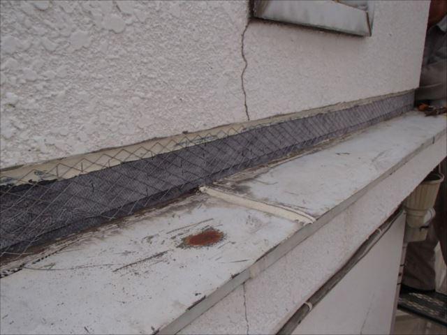 外壁塗装を行う前に雨漏り対策工事を実施。外壁を一部剥離して水切り板金の立上り部分を補修。防水紙はしっかりと設置しています。