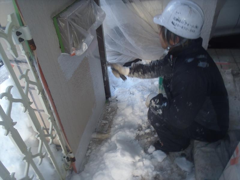 雪が降ったため、雪を取り除きながらの作業となりました。
