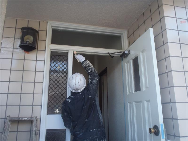ドア枠の塗装は、ドアを開けながらの作業になります。