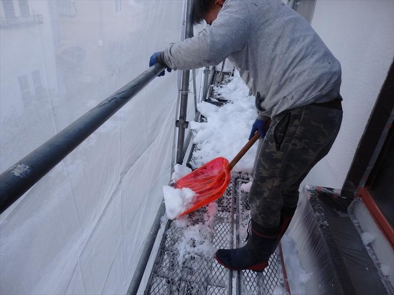雪が降ったため、塗装ができずに雪かきをするはめに・・・。
