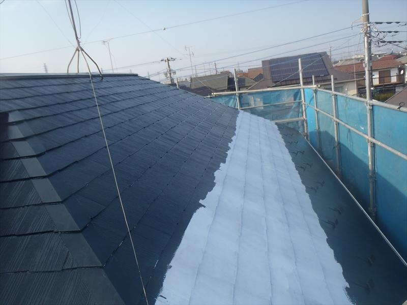 手間のかかる雪止めがある屋根の軒先を塗装してから、屋根の上から下へと塗装しています。