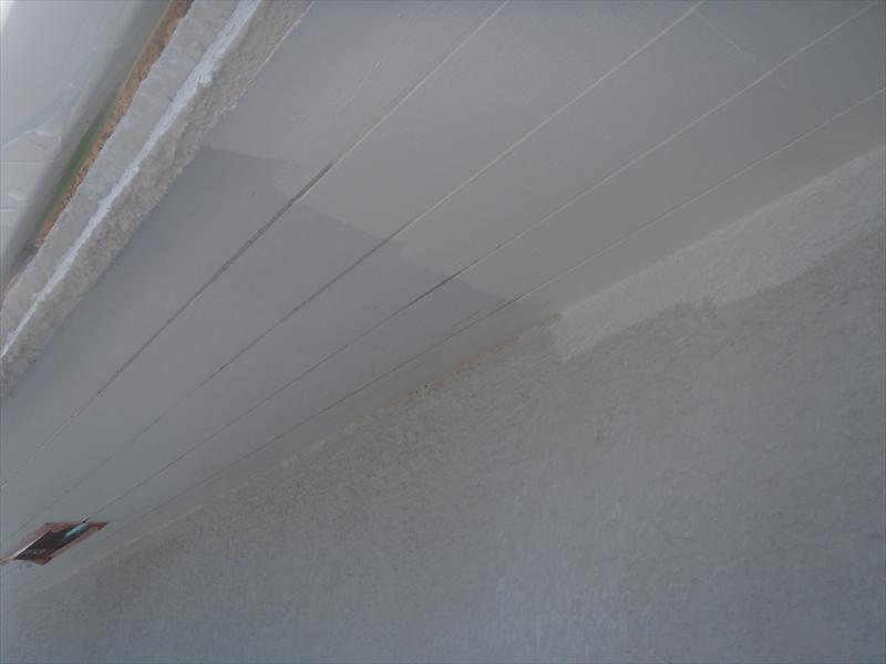 外壁側にはみ出していますが、外壁を後から塗装するので仕上がりはきれいになります。