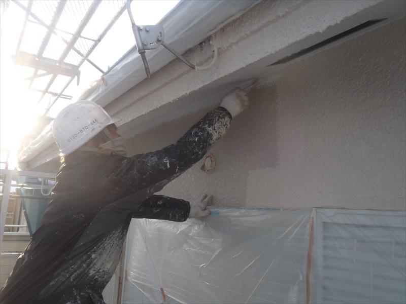 外壁の中塗り中。外壁と同じ素材の軒裏部分は外壁と同じように塗装します。