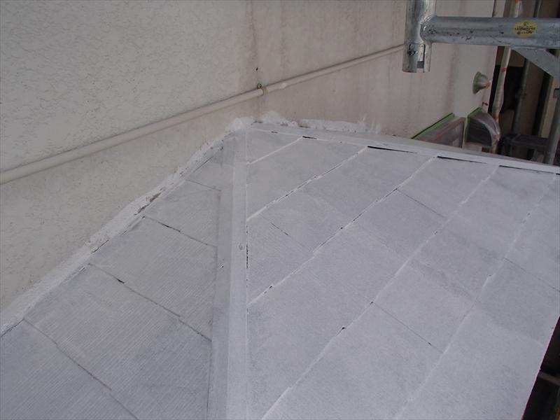 下屋根の下塗りを行いました。