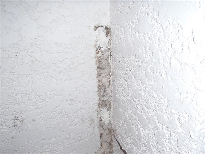 こちらはエアコン置き場を外壁に固定していた時のネジ穴を埋めて補修しています。