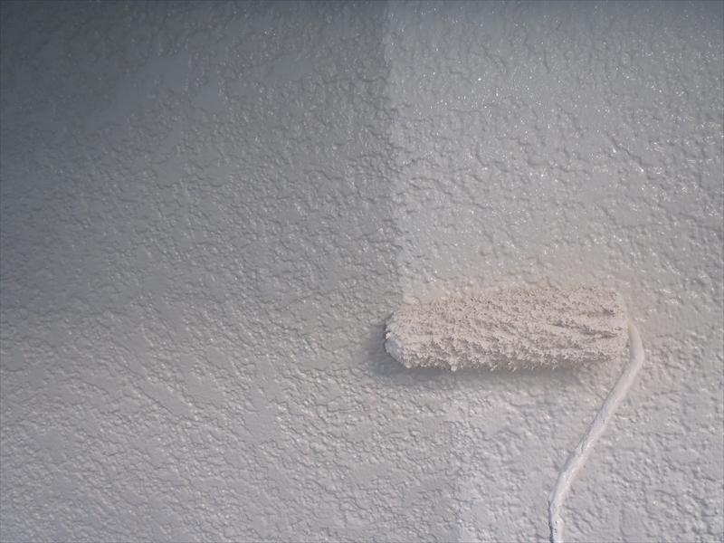 外壁の上塗りを行っています。
