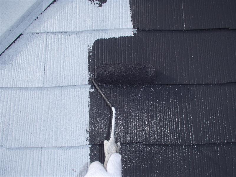 屋根の中塗りを行っています。