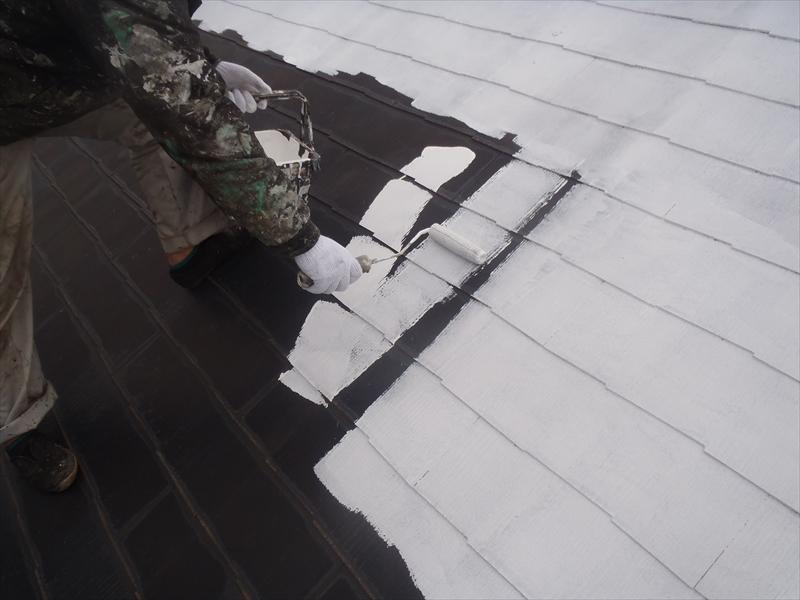 屋根の下塗りをしています。