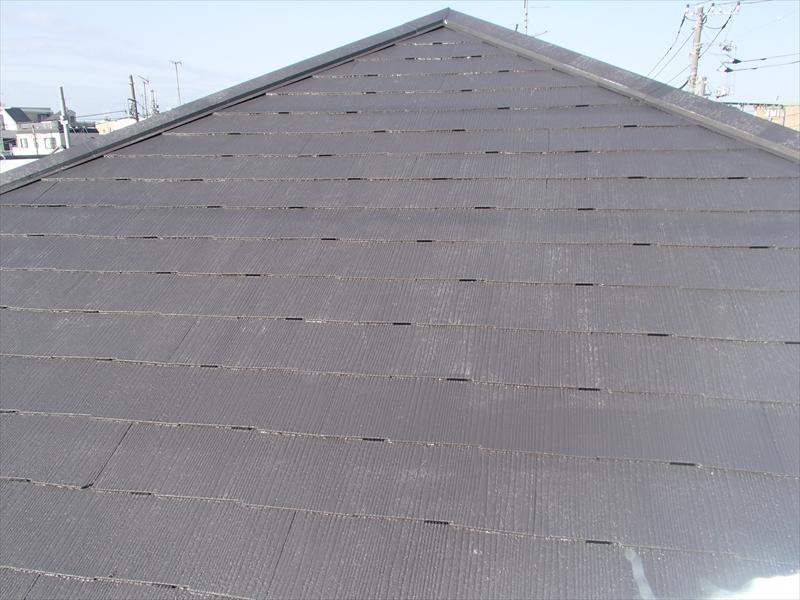 等間隔で差し込んであるタスペーサー。屋根の中に雨水がたまらないようにしています。