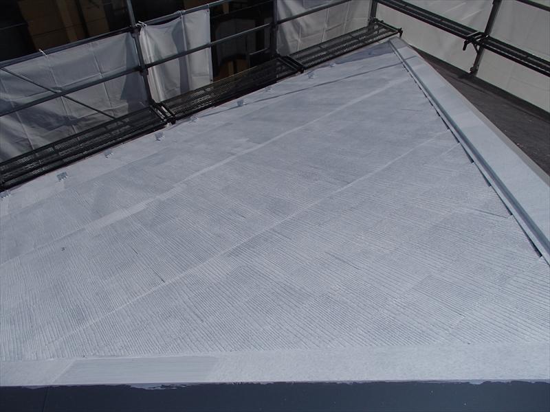 こちらは屋根の下塗りです。棟板金も塗装しています。