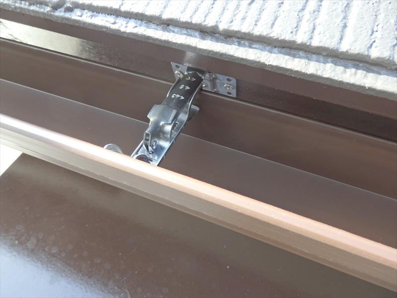 軒樋(横樋)は内側に取付金具をつけることで、外側がスッキリと見せることができます。