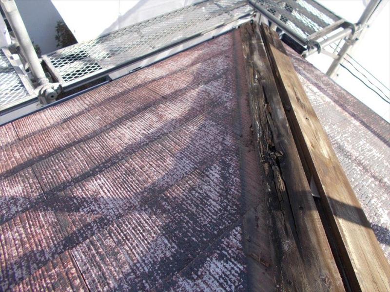 棟板金を外すと、傷んだ貫板が出てきました。
