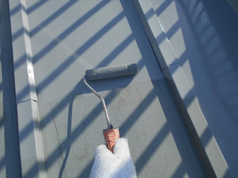 金属屋根の部分に塗装をしています。
