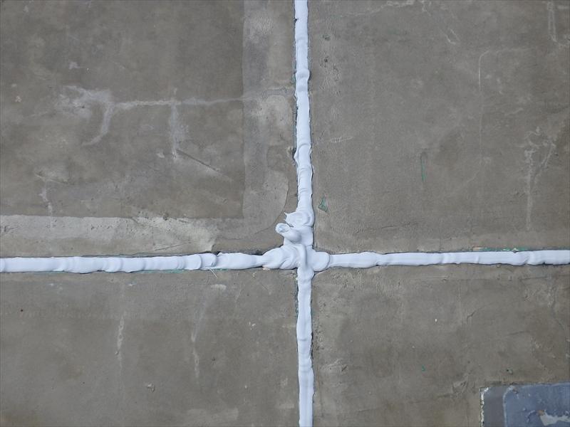 コンクリートの間の目地に充填剤を詰めていきます。