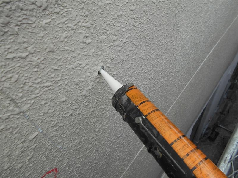 充填剤で埋めた後、塗装することで目立たず仕上げることができます。