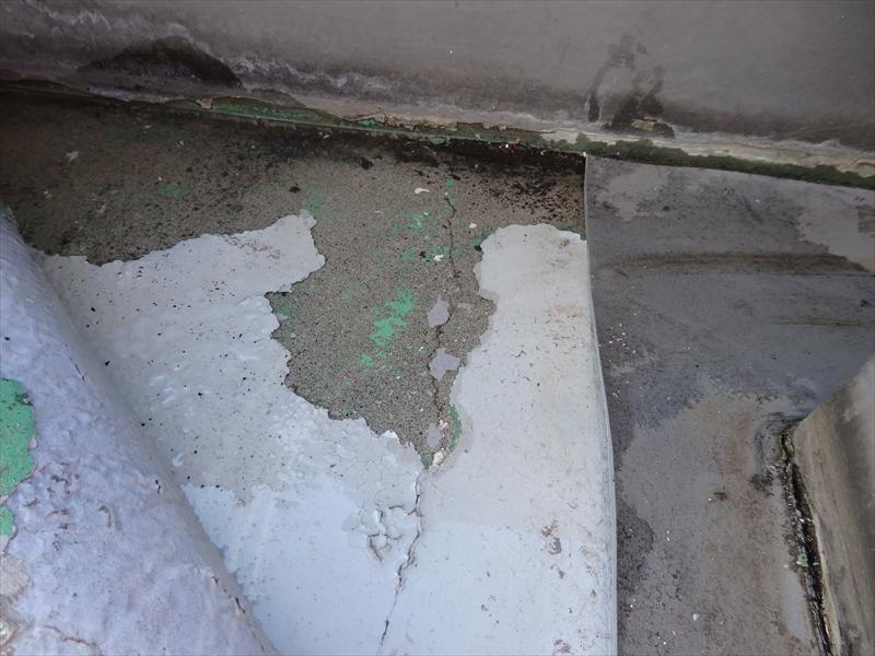 下地のコンクリート部分まで雨水が染みていました。