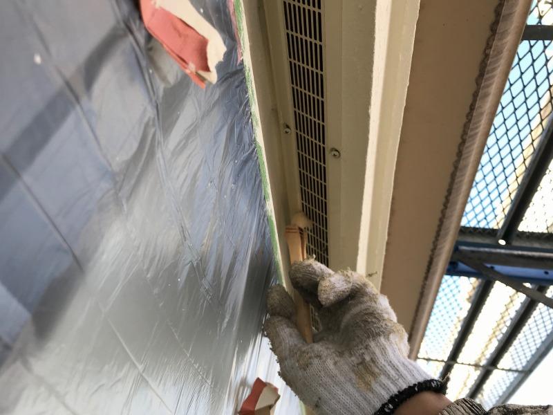 軒裏の塗装は窓にしっかりと養生をして行います。