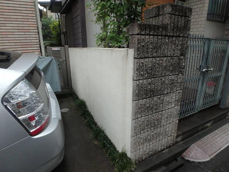 塀も退色、汚れが見られます