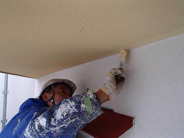 フリーハンドで軒裏のダメ込みする塗装職人