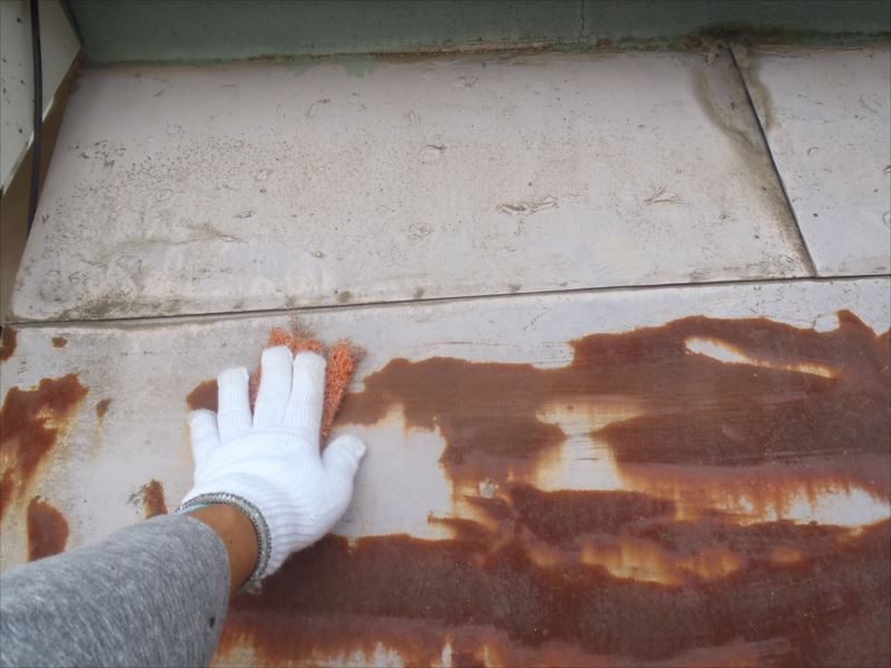 下塗り前にケレンを行います