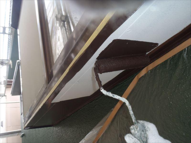 出窓の下部を塗装中