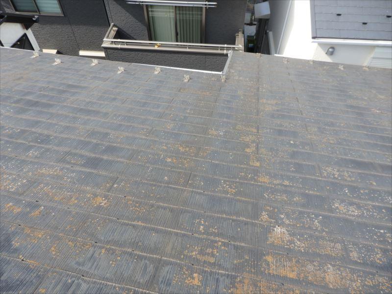 雪止めのない屋根面に雪止めおよびアングルを取付けます