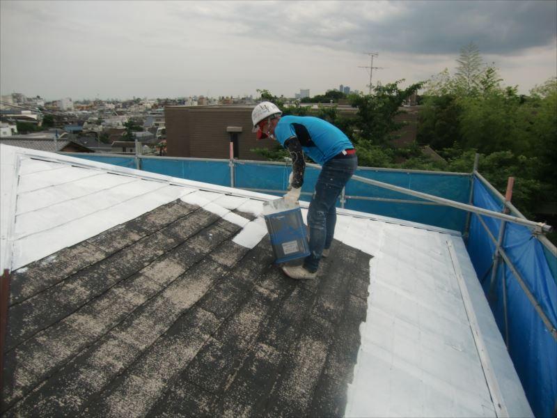 屋根を下塗りします