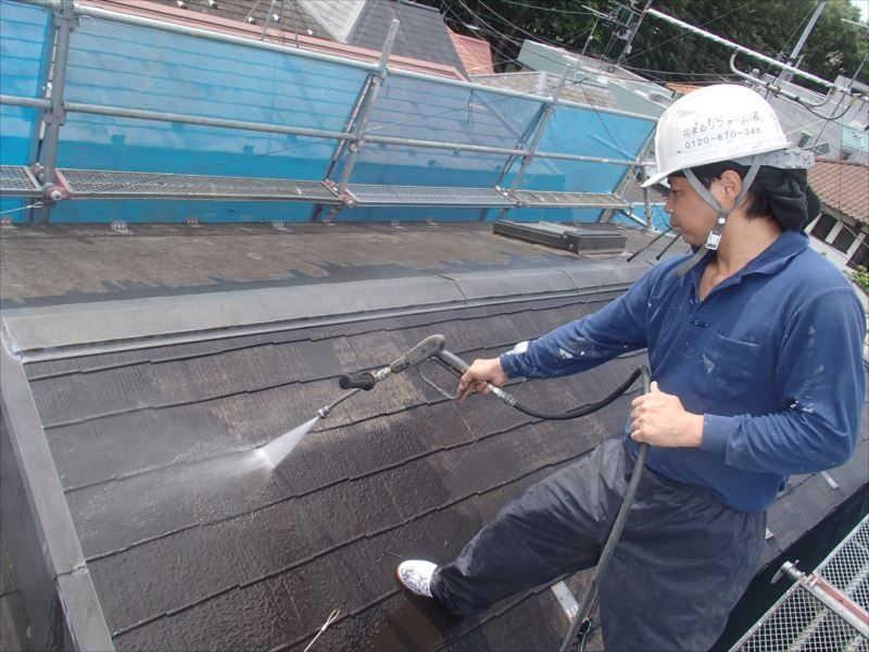 屋根の洗浄を開始します。
