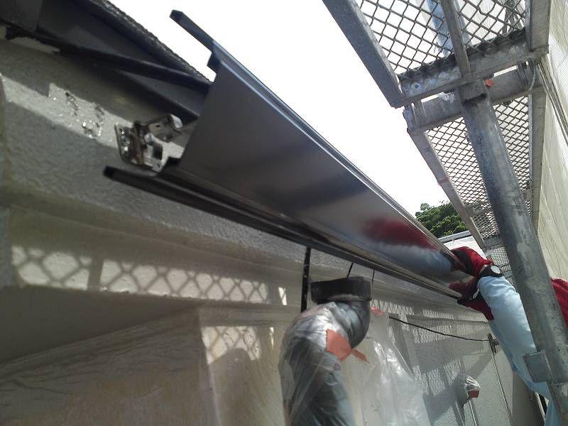 新しい雨樋を取付けています。