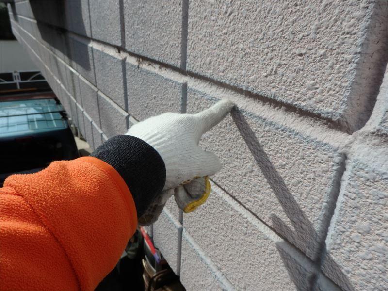 築19年なので外壁は塗膜が劣化し、退色が部分的に進んでいます。 ALCの目地には、所々ヒビも入っています。