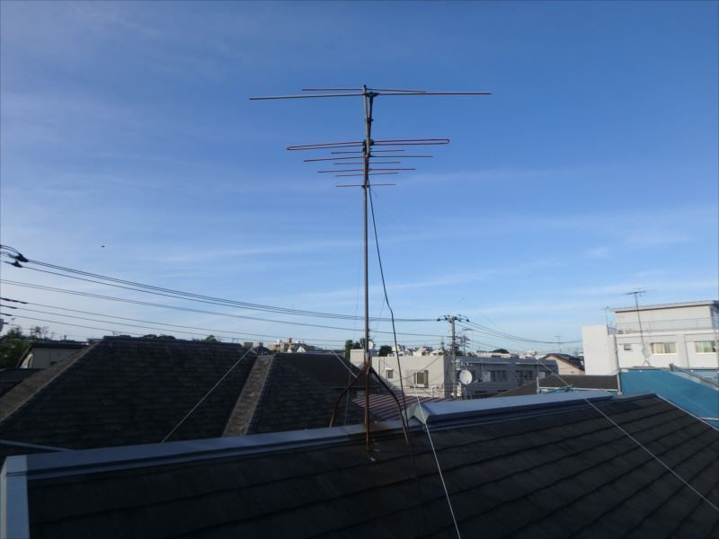 屋根の施工前。 使用していないアナログアンテナは撤去を行うことに。
