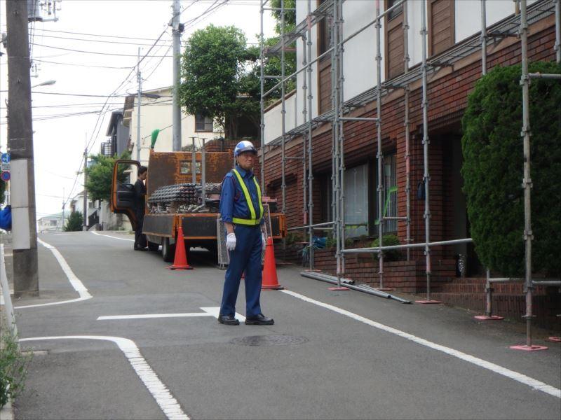 敷地の前は一方通行の区道です。作業トラックを駐車するため道路使用許可を取得しました。足場作業時には交通誘導員を配置しています。