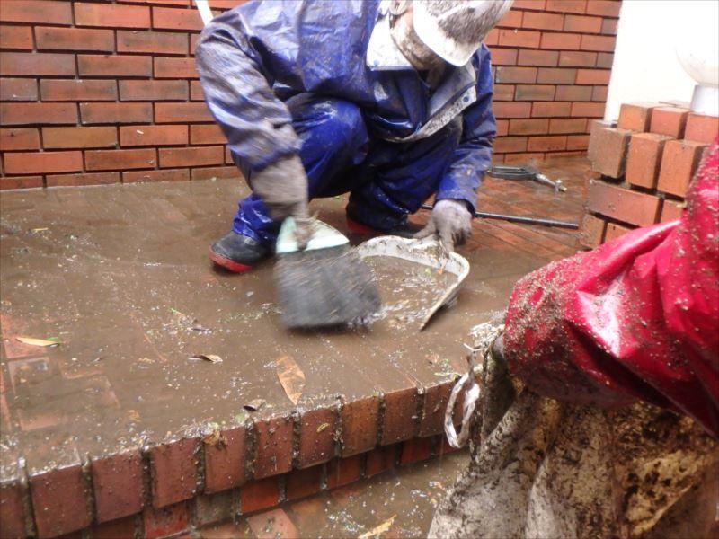 高圧洗浄 タイル床 泥をゴミ袋にまとめます。