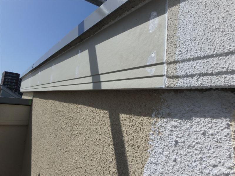 完全に欠落した部分は交換し、吹きつけ外壁と一緒に塗装します。
