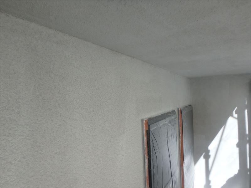 外壁の下塗りを行います。