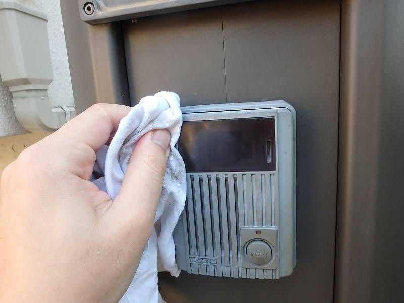 インターホンを掃除。