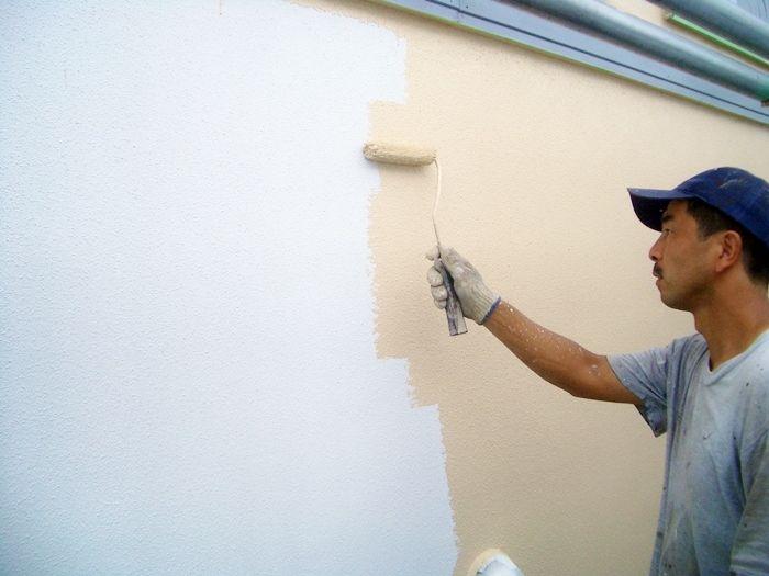 塗装作業中の高橋代表
