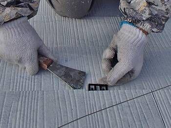タスペーサーは、屋根の中塗りが終わった時に取り付ける