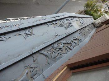 劣化して塗装が剥がれた下屋根