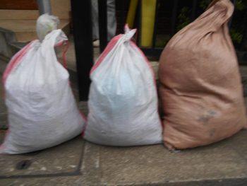 外壁下地処理後の木くずゴミの袋